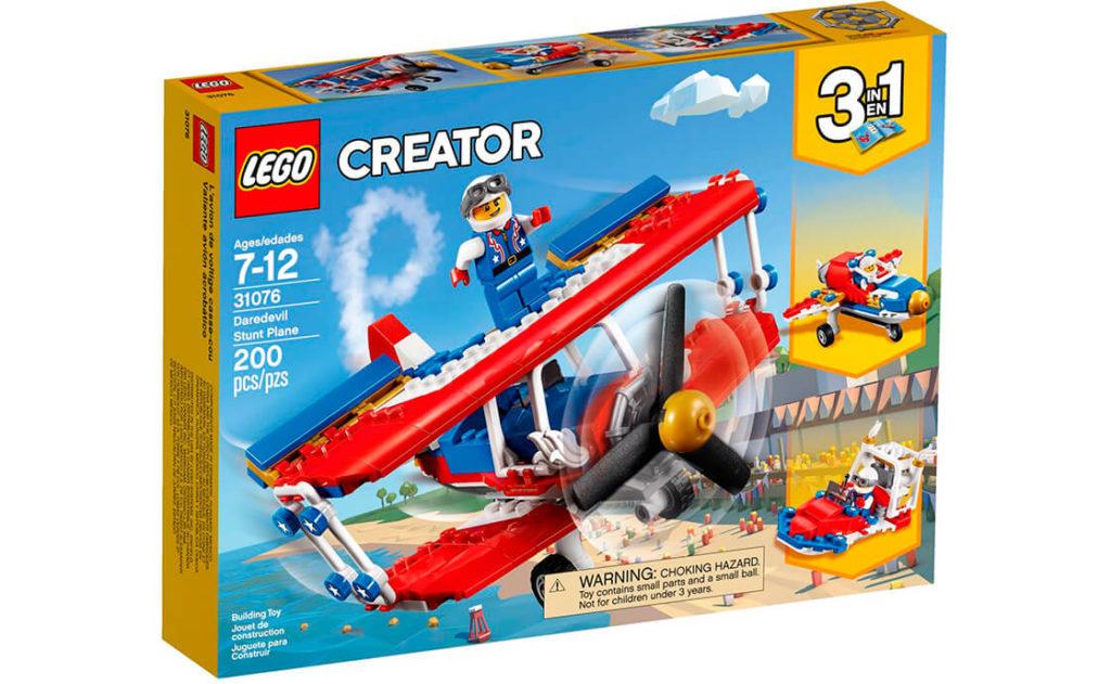 Виконуй карколомні фігури на літаку вищого пілотажу «Відважний» 3-в-1. Це класичний червоно-біло-синій біплан із зірками й золотими акцентами.