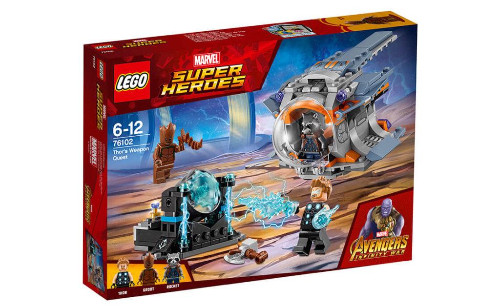 Сідай у кабіну рятувальної капсули з Ракетою, Тором і Ґрутом та виходь у космос разом із набором «Пошук Торової зброї» серії LEGO® Marvel Super Heroes (76102).